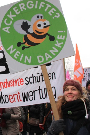 Demonstrantin mit Protest-Schild